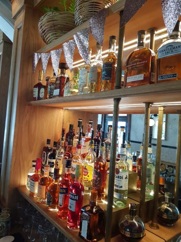 web_Solotel_bar_shelves_detail
