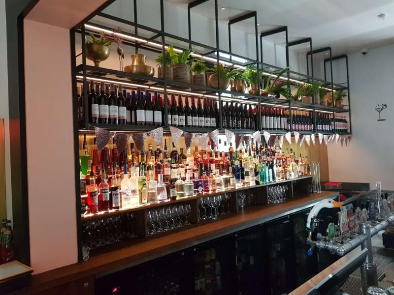 web_Solotel_bar_shelves_detail2